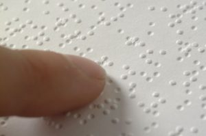 Finger beim Lesen der Brailleschrift